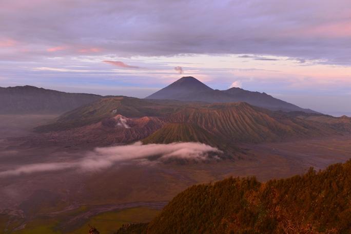 Lever de soleil en Indonésie. Le Bromo nous offre un panorama à couper le souffle.